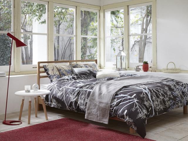 シンプルなデザインのベッドフレーム